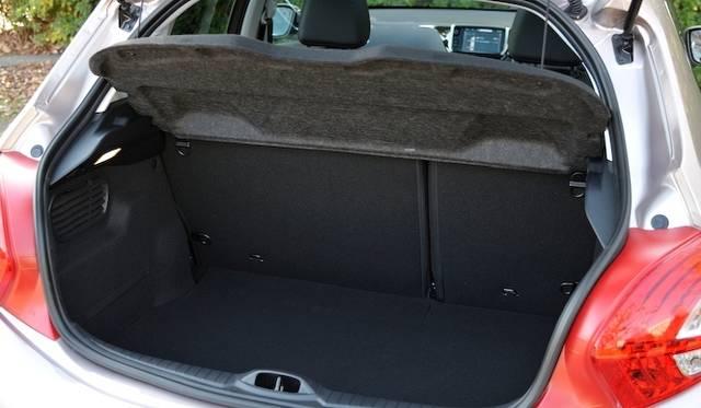 <strong>Peugeot 208 Cielo|プジョー 208 シエロ</strong><br />トランク容量は通常時は285リットルを確保。リアシートをたためば1,076リットルの空間があらわれる。