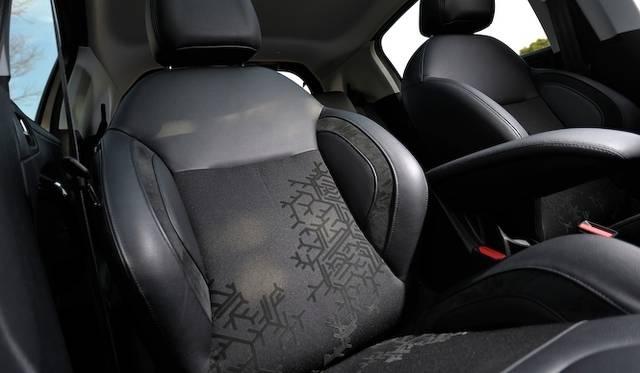 <strong>Peugeot 208 Cielo|プジョー 208 シエロ</strong><br />「Cielo」はファブリックとレザーのコンビネーションシートを採用している