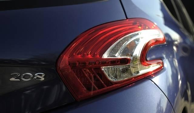 <strong>Peugeot 208 GT|プジョー 208 GT</strong><br />2010年のジュネーブショーで公開されたコンセプトカー、「SR1」のデザインをうけついだLEDのリアコンビネーションランプ。ライオンの爪をイメージした3本のラインが特徴的