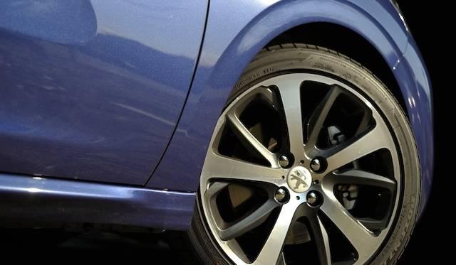 <strong>Peugeot 208 GT|プジョー 208 GT</strong><br />205/45R17サイズのタイヤとアルミニウムホイールはGT専用装備
