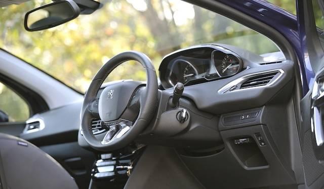 <strong>Peugeot 208 GT|プジョー 208 GT</strong><br />「208」では全車で直径350mmの小径ステアリングを採用する メーター類はその上に見える独特なレイアウトは、少ない視線移動を実現している