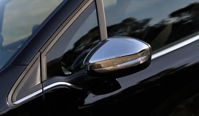 <strong>Peugeot 208 Allure|プジョー 208 アリュール</strong><br />クローム処理されたドアミラーは「アリュール」のみが装着する。