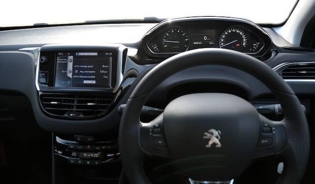 <strong>Peugeot 208 Allure|プジョー 208 アリュール</strong><br />「208」では全車で直径350mmの小径ステアリングを採用する メーター類はその上に見える独特なレイアウトは、少ない視線移動を実現している