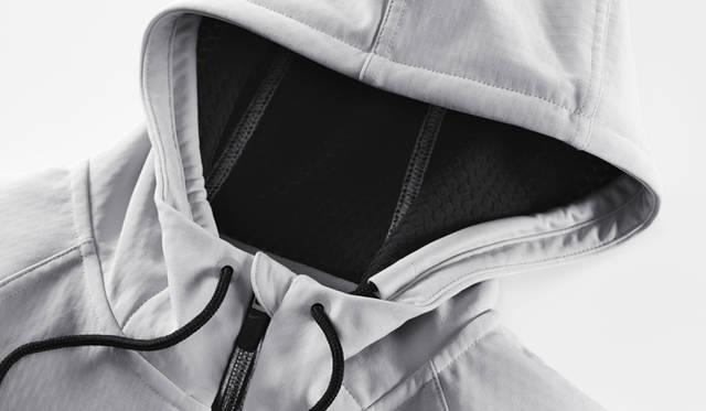 <strong>NIKE|ナイキ</strong> ウィメンズ ナイキスフィア オールタイム エリート フルジップ フーディ 1万2600円<br />スフィア素材を使用したフーディ「ウィメンズ ナイキスフィア オールタイム エリート フルジップ フーディ」ではナイキ スフィア サーマルという3D構造の起毛素材を搭載。身体と服のあいだに空気を入れることで、暖かさと快適な着心地を実現する。カラーはブラック、ストレータグレーの2色が展開される。