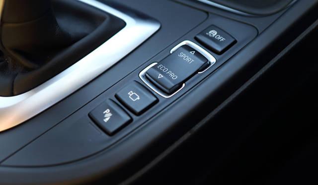 <strong>BMW 320d BluePerformance Touring Sport|ビー・エム・ダブリュー 320d ブルーパフォーマンス ツーリング スポーツ</strong><br />センターコンソールに装備されたドライビングパフォーマンスコントロールのスイッチ。スポーツモードを設定するとで、よりダイナミックなドライブを楽しむことができる