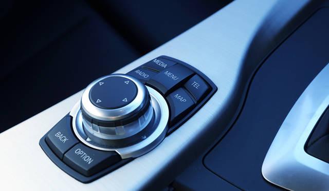 <strong>BMW 320d BluePerformance Touring Sport|ビー・エム・ダブリュー 320d ブルーパフォーマンス ツーリング スポーツ</strong><br />ナビシステムの操作から車両設定の変更まで、さまざまな機能にアクセスすることが可能なiDriveコントローラー
