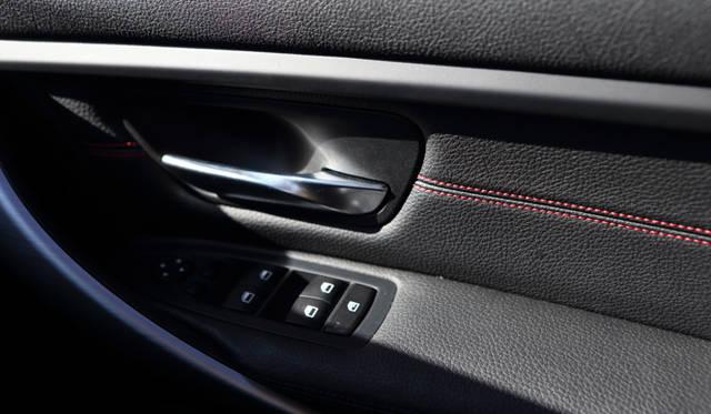 <strong>BMW 320d BluePerformance Touring Sport|ビー・エム・ダブリュー 320d ブルーパフォーマンス ツーリング スポーツ</strong><br />アルミとレザーを巧みに使い分け、スポーティな印象を与える室内のマテリアル