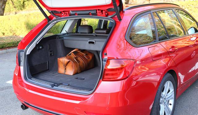 <strong>BMW 320d BluePerformance Touring Sport|ビー・エム・ダブリュー 320d ブルーパフォーマンス ツーリング スポーツ</strong><br />開口部を拡大しルーフラインを高くしたことで495リットルの荷室を確保。また40:20:40の分割可倒式リヤシートのバックレストを折りたたむことで、最大1,500リットルまで容量を拡大することもできる