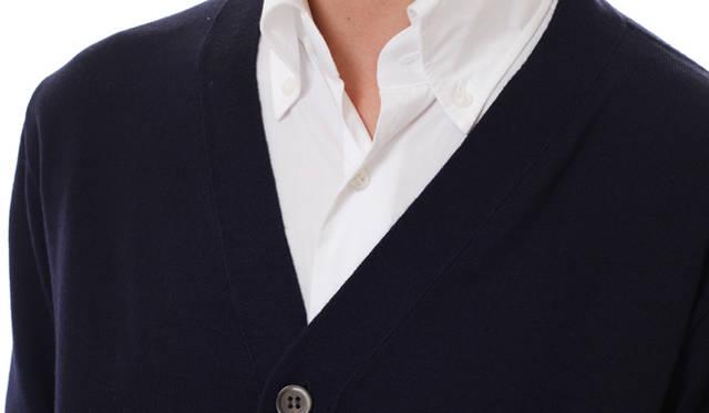 <strong>Factelier by TERUTA|ファクトリエ バイ テルタ</strong> リンキングと呼ばれる横編(よこあみ)ニット特有の縫製方法が作り出す美しいVゾーン