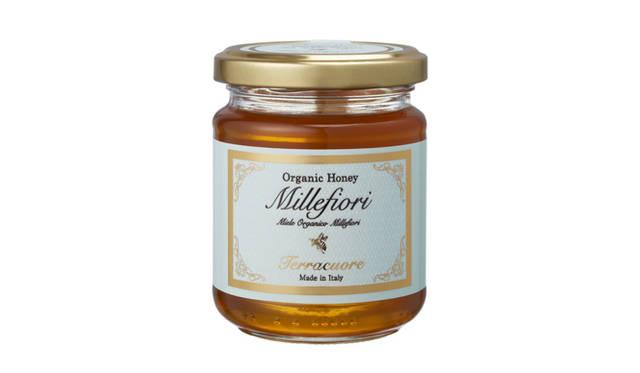 <strong>Terracuore|テラクオーレ</strong> フユボダイジュやセージ、タイムなどさまざまな花の蜜からなる「千の花」を意味するはちみつは、クリーミーで芳醇な味わい。 オーガニックはちみつ「ミッレフィオーリ」[250g] 1890円
