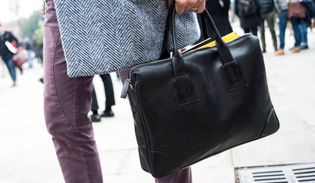 """<p class=""""PtitleD"""">シンプルな黒バッグ</p> <p class=""""Ptext"""">服のコーディネートに遊びを感じさせる分、靴や鞄などの小物はシンプルにしておくのがスマートだ。黒の、革のブリーフケースは必ず持っておくべき。オケージョンを問わずに使える、基本にして活用度の高いアイテムなのである。</p>"""