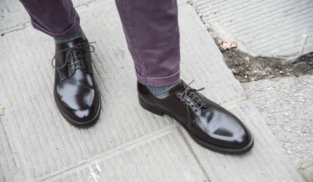 """<p class=""""PtitleD"""">プレーントウを持っているか</p> <p class=""""Ptext"""">メンズのオックスフォードシューズ、すなわち短靴のなかで、最も汎用性が高いのがプレーントウやウィングチップであろう。スーツ、ジャケットスタイル、そしてカジュアルまで。あらゆるシーンに嫌味なく合わせることができる。ワードローブに必ず備えておくべき靴だ。</p>"""