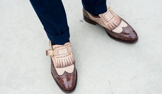 """<p class=""""PtitleD"""">コンビ靴の難しさ</p> <p class=""""Ptext"""">クラシックなイメージのあるコンビのシューズ。黒×白、茶×白といった組み合わせが多いこの靴、ともすると「コスプレ的」な着こなしになってしまう危険性をはらんでいる。写真の靴のようなベージュ×茶や、黒×グレーのような組み合わせであれば、こなれた雰囲気に仕上がるはずだ。</p>"""