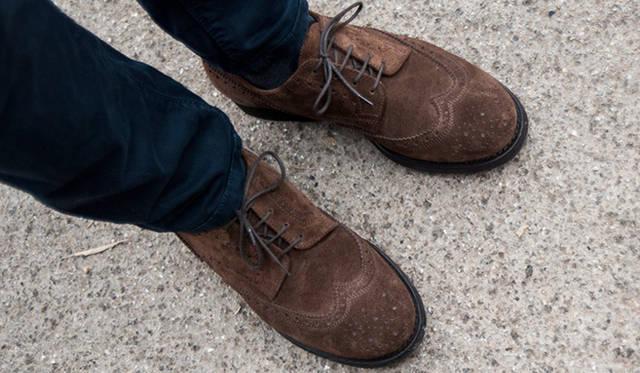 """<p class=""""PtitleD"""">スエード靴の効能</p> <p class=""""Ptext"""">トップスの柔らかい質感と色味に合わせて、足元はスエードのウィングチップを合わせている。靴は基本的に、黒よりも茶が、表革よりスエードがカジュアルである、と覚えておくといい。リラックスした雰囲気を醸し出したいのであれば、やはりスエードなのである。</p>"""