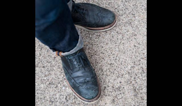 """<p class=""""PtitleD"""">フルブローグのトレンド</p> <p class=""""Ptext"""">メンズの靴のとして全世界的にトレンドとなっているのがフルブローグ、すなわちウィングチップである。アッパーはネイビーのヌバック、ホワイトソールというカジュアルな仕様。</p>"""