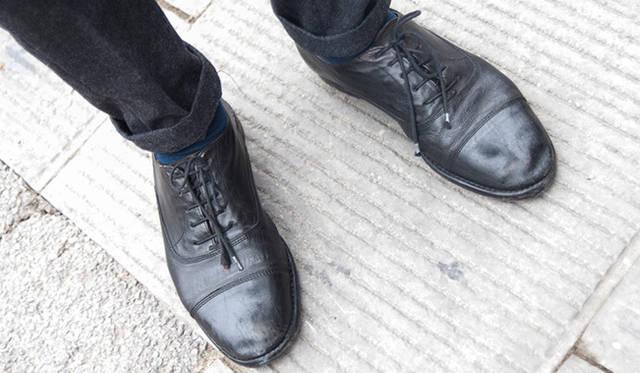 """<p class=""""PtitleD"""">柔らかい質感のレザー</p> <p class=""""Ptext"""">固くツヤのある表革のドレスシューズはこのコーディネートに似つかわしくない。やはり多少ヨレ感のある、モードなテイストの革靴が気分だろう。</p>"""