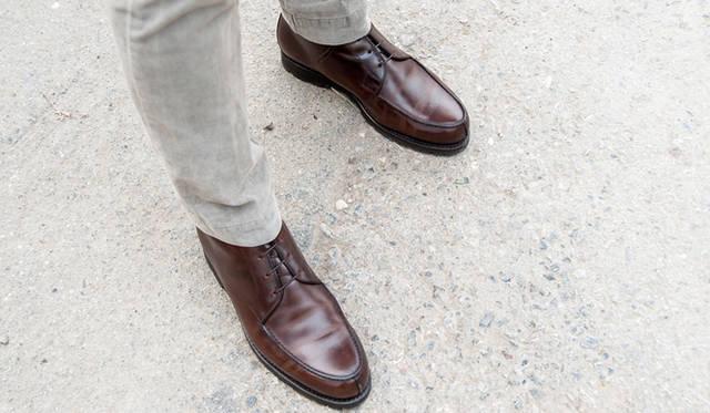 """<p class=""""PtitleD"""">ややカジュアルなUチップ</p> <p class=""""Ptext"""">革靴のなかではややカジュアルとされているUチップだが、昨今の""""ビジカジ""""スタイルの足元にはもってこいのシューズなのである。スーツにはもちろん、コットンパンツとの相性もよし。黒をセレクトしても、かなりカジュアルな着こなしまで対応してくれるはずだ。</p>"""
