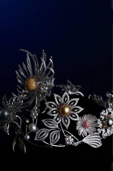 <strong>MIKIMOTO|ミキモト</strong> 天然メロ真珠(約19mm)、アコヤ真珠、白蝶真珠、黒蝶真珠、天然コンク真珠 5種類合計102個/ダイアモンド 107.98ct、アクアマリン 2.24ct、ガーネット 4.69ct、トルマリン 1.43ct、サファイア 2.66ct ※いずれも付属品除く/WGK18・Pt製/クラウン重量 約700g/総重量 約850g(付属品含む)