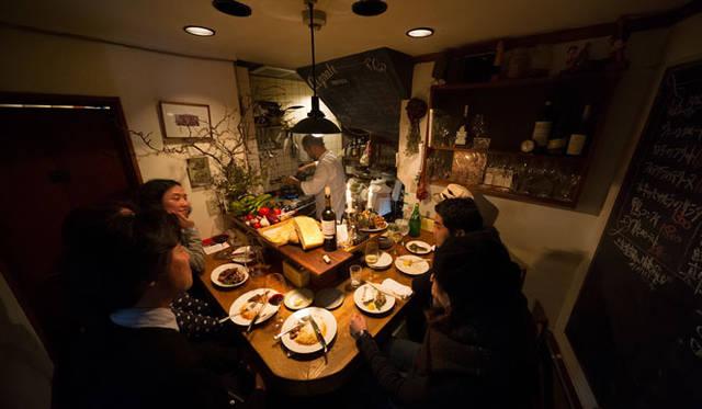 <strong>角田陽太|東京浪漫酒場</strong> 学芸大学「Cignale Enoteca(チニャーレ・エノテカ)」 店内。厨房、化粧室あわせて10&#13217;、カウンター6席というミニマムなイタリアン