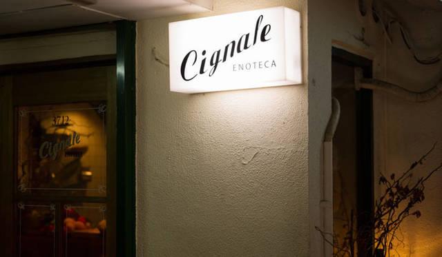 <strong>角田陽太|東京浪漫酒場</strong> 学芸大学「Cignale Enoteca(チニャーレ・エノテカ)」 外観。クラシックでシンプルな看板
