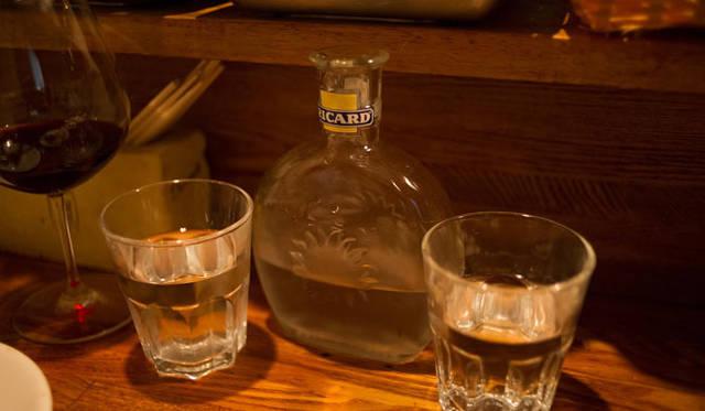 <strong>角田陽太|東京浪漫酒場</strong> 学芸大学「Cignale Enoteca(チニャーレ・エノテカ)」 哀愁漂う古いRICARDの瓶をウォーターデカンタに