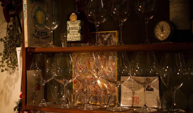 <strong>角田陽太|東京浪漫酒場</strong> 学芸大学「Cignale Enoteca(チニャーレ・エノテカ)」 グラスが整列というよりは何となくならんでいる