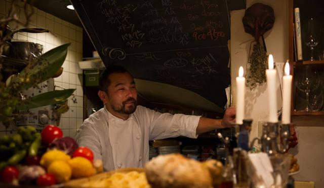 <strong>角田陽太|東京浪漫酒場</strong> 学芸大学「Cignale Enoteca(チニャーレ・エノテカ)」 店主の東森俊二さん。キーボードに囲まれたHerbie Hancockのようなすべてに手に届く大きさの厨房内にて