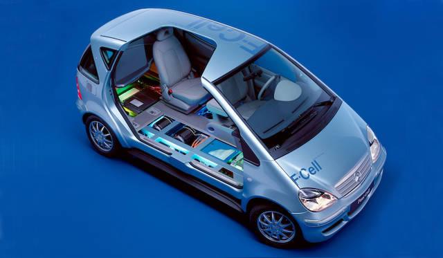 """先代Aクラスを使った燃料電池モデルの内部図解 フロアの下に燃料電池と水素タンクがおさまる<br /> <div align=""""right"""">Image by Mercedes-Benz</div>"""