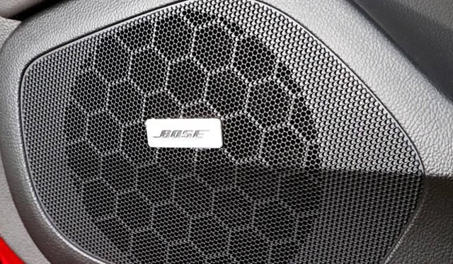 BOSE社と共同開発した「アクティブノイズキャンセレーション」により、室内の不快なノイズをマイクで検知し、逆位相の音で打ち消す。吸音材を減らして軽量化にも貢献する技術だ