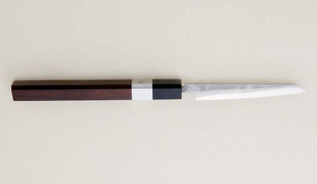 <strong>森本刃物製作所</strong> ペーパーナイフ「紙切包丁」 2種類の鉄を交互に重ねて研ぎ、墨を流したような文様が打刃物の肌に現れる、和包丁のなかでも最高峰の仕上げ。墨流し3万9800円