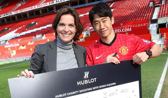 <strong>HUBLOT│ウブロ</strong><br /> 「アエロ・バン レッドデビル26」チャリティーイベント「ウブロチャリティーシュート」で、香川選手は見事300万円をゲット。獲得金額は香川選手たっての希望で、サッカー教室などをつうじて子どもたちの夢の実現を手助けするための基金とされるという