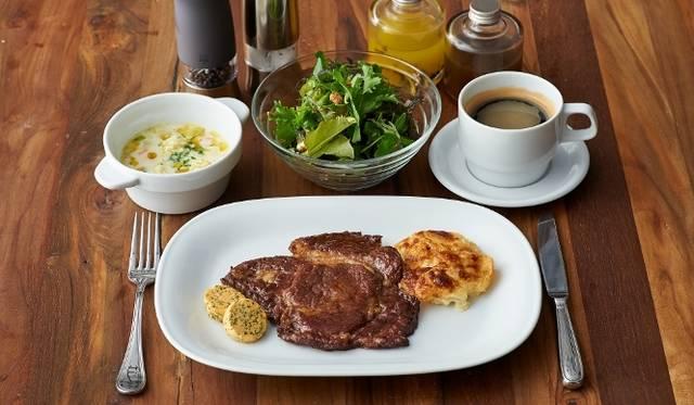 <strong>cafe 104.5|カフェ イチマルヨンゴー</strong> ランチメニューより、前菜「春キャベツ/スープ・玉葱のクランブル・カレーオイル」とメイン「もち豚/オーブン焼き・じゃがいもグラタン」1280円 ※前菜、サラダ、コーヒー or 紅茶付き