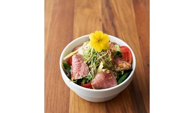 <strong>cafe 104.5|カフェ イチマルヨンゴー</strong> 「山古志牛/ローストビーフサラダ」980円