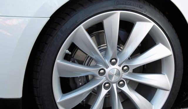 駆動輪である後輪には通常のブレーキキャリパーにくわえて、回生用とおもわれる小さなキャリパーがつく