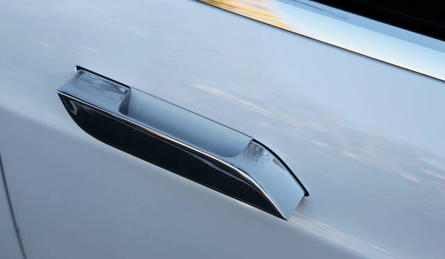 ドアハンドルは軽くタップすることで飛び出す。通常は空気抵抗をへらすため、ボディと面一に