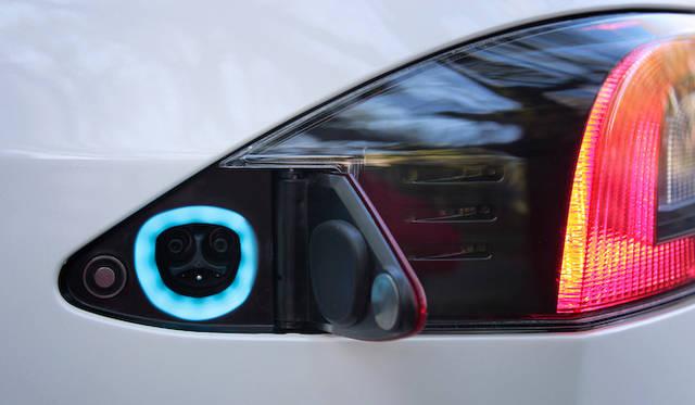 テールランプのサイドにある充電用コネクタ。電圧は110V、220V、440Vに対応するが、今回は試乗車ということもあり北米仕様。正式仕様はCHAdeMO対応予定