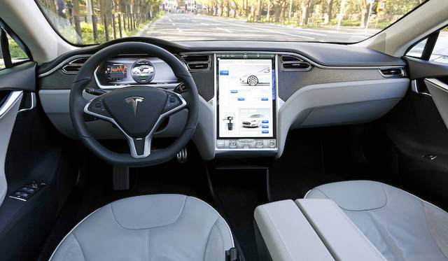 ほぼすべてのボタンがセンターの17インチタッチディスプレイに統合されているため、非常にシンプルな運転席まわり
