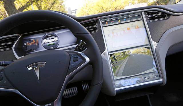 17インチと巨大なセンターのモニターはタッチ式で、車両の起動、サスペンションや回生の度合いの設定をおこなえるほか、車両の消費電力の情報、フロント・バックビューモニターなどを表示。日本への正式導入時には、携帯電話の通信に対応予定で、Google Mapsがナビの代わりを果たす