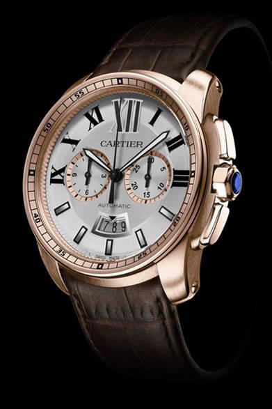 <strong>Cartier│カルティエ</strong> Laziz Hamani &#169; Cartier 2012<br />「カリブル ドゥ カルティエ クロノグラフ ウォッチ」ローマ数字インデックスにレイルウェイ分目盛をほどこした特徴的なインナーベゼル