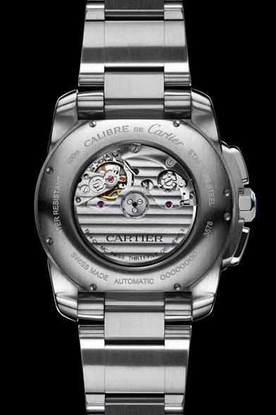 <strong>Cartier│カルティエ</strong> Laziz Hamani &#169; Cartier 2012<br />「カリブル ドゥ カルティエ クロノグラフ ウォッチ」シースルーバックの地板には、コート・ド・ジュネーブと呼ばれるスイス時計伝統の美しい波状模様の装飾がほどこされている