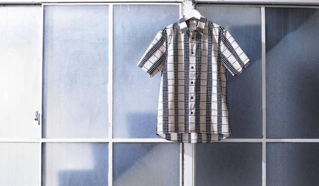 <strong>阪急メンズ東京|ゴールデンウィーク</strong><br /> SHIRT<br /> <strong>MARNI|マルニ<br /> 裾出し一枚で着ても、すっきりとマルニの世界</strong><br /><br />  清潔感あるデザインとパターンの絶妙なバランスで独自の世界観を展開するマルニ。長袖で人気の高いドットの配列がチェックに見える幾何学柄のシャツが、阪急メンズ限定として半袖で登場。袖は袖口を折り返した二重袖によりきれいなボリュームを出し、前裾はストレートカット、後ろはカーブというデザインになっている。<br /> シャツ4万6200円(阪急メンズ大阪2階「ガラージュ D.エディット」/阪急メンズ東京2階)