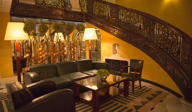 「クラリッジズ」のロビーからつづく、美しい装飾がほどこされた階段
