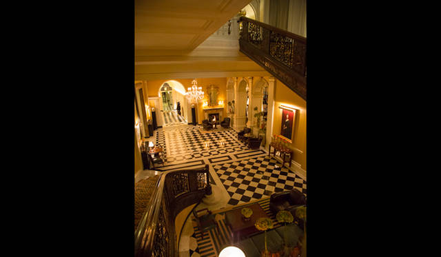 """踊り場から望む「クラリッジズ」のエントランスホール。まさに""""アールデコの宝石箱""""と呼ぶに相応しい景色が広がる"""