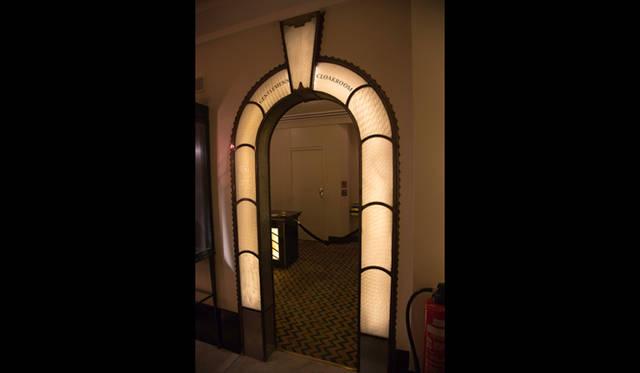 電球を使った装飾をおこなうようになったのもアールデコの特徴のひとつ。アーチゲートのデザインも極めてシンプル