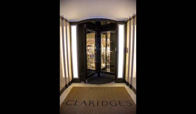 回転ドアを抜けると、アールデコ調によってデザインされた「クラリッジズ」のロビーに着く