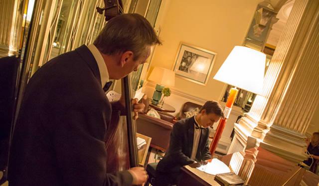 ディナーの最中、ピアノとコントラバスのデュエットによる演奏がおこなわれ、心地よい音色が館内に響き渡る