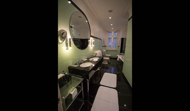 豪華な大理石のバスルームが備わる「クラリッジズ」の客室