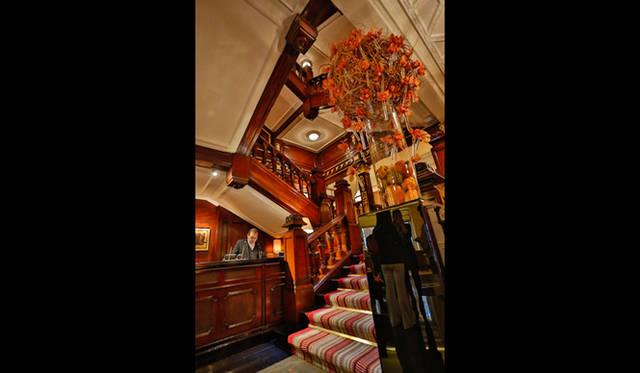 マホガニーの美しい階段を囲むようにしてデザインされた「ザ・コノート」のエントランス