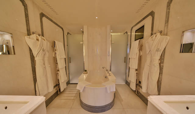 総大理石のバスルームが完備される「コノート・スイート」