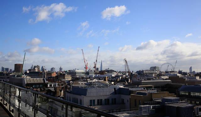 最上階「コノート・スイート」のバルコニーからは、ロンドンの市街地を一望に眺めることができる